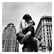 couple kissing in the city